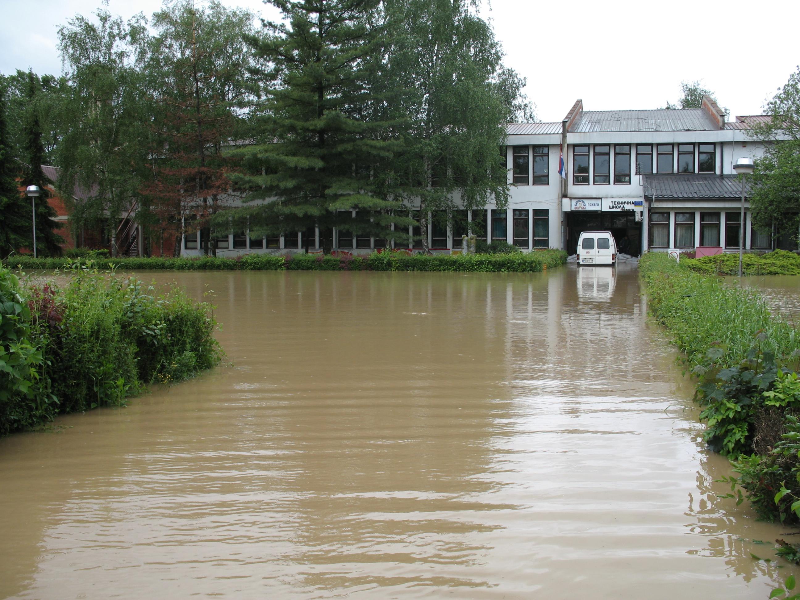 """Поплављена зграда Гимназије """"Свети Сава"""""""